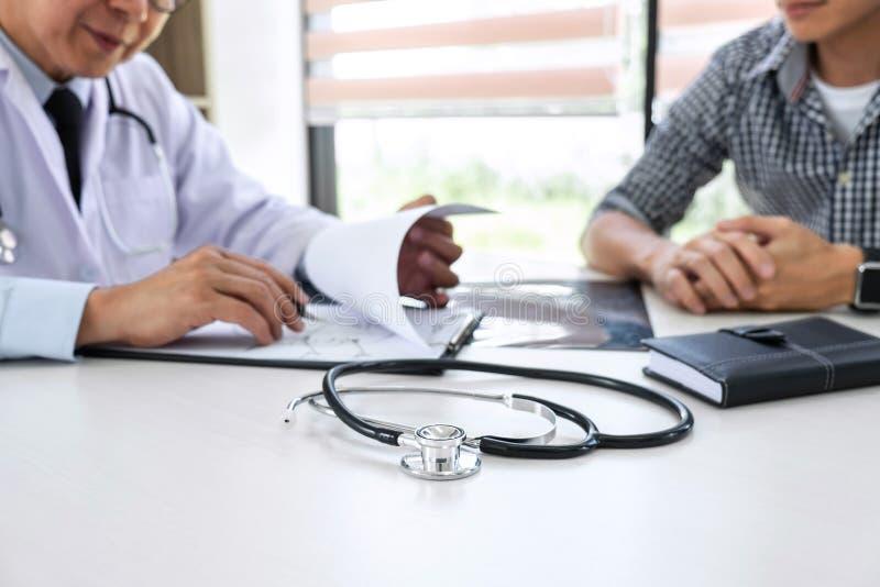 医生教授推荐与患者和拿着X光片的治疗方法,当谈论解释症状或忠告时 免版税库存照片