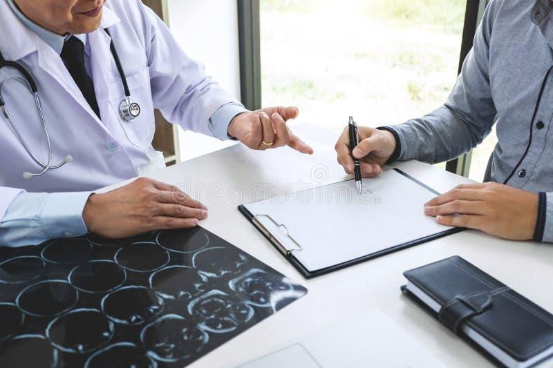 医生教授推荐与患者和hol的治疗方法 免版税库存照片