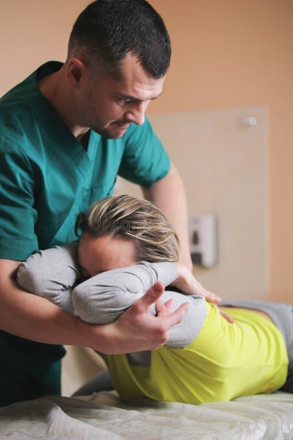 医生整骨者有妇女` s脖子的手工疗法 免版税库存照片