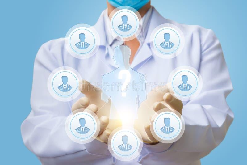 医生显示医学专家咨询的过程 免版税图库摄影