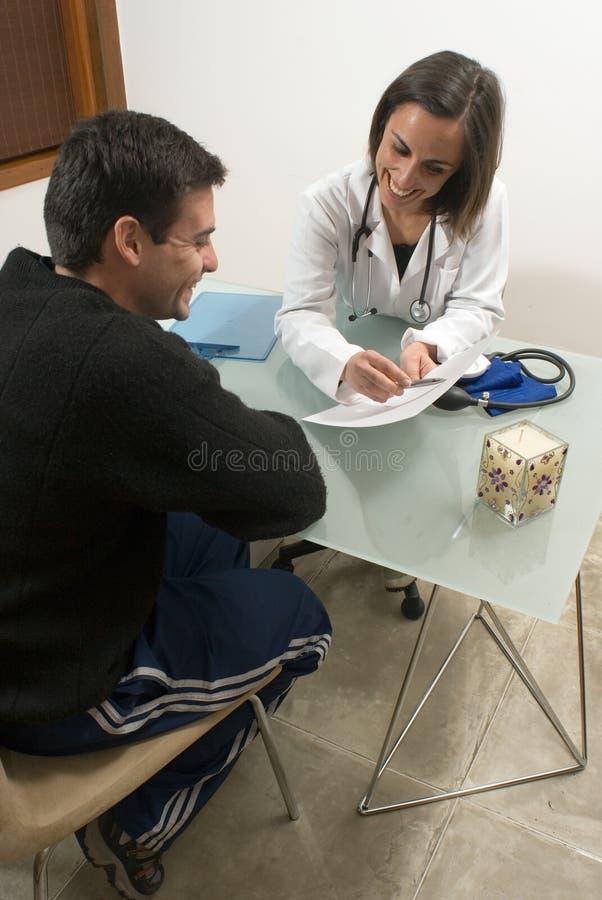 医生显示对垂直的信息患者 库存图片