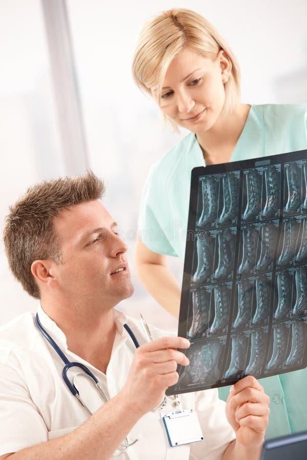 医生检查的图象护士光芒x 免版税库存照片