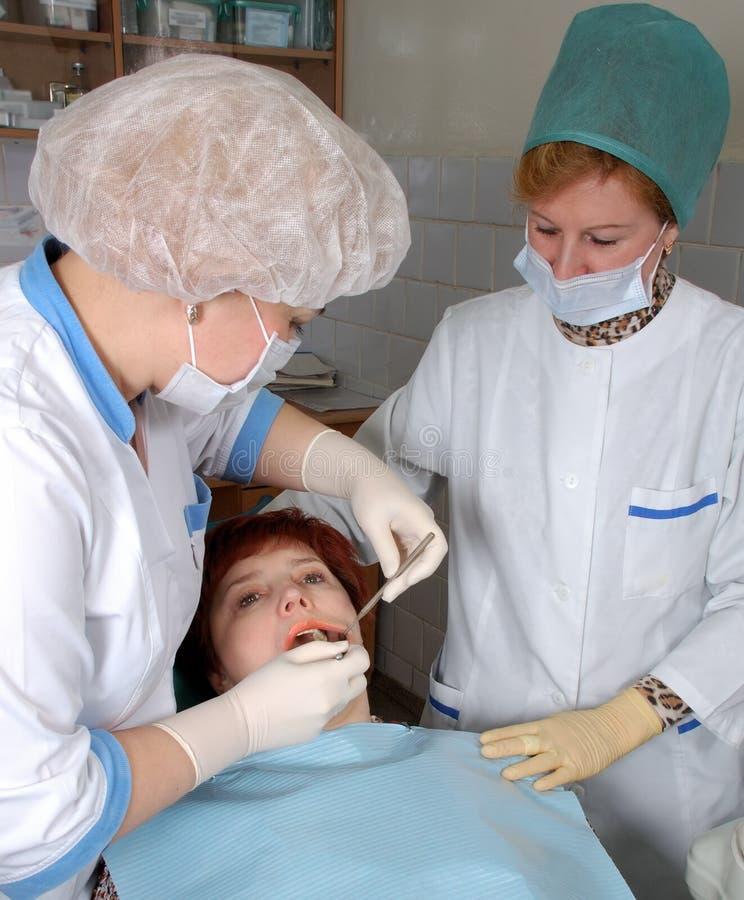 医生检验做医疗护士 免版税库存照片