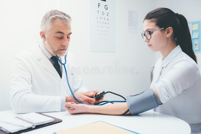 医生测量的压力 免版税库存图片