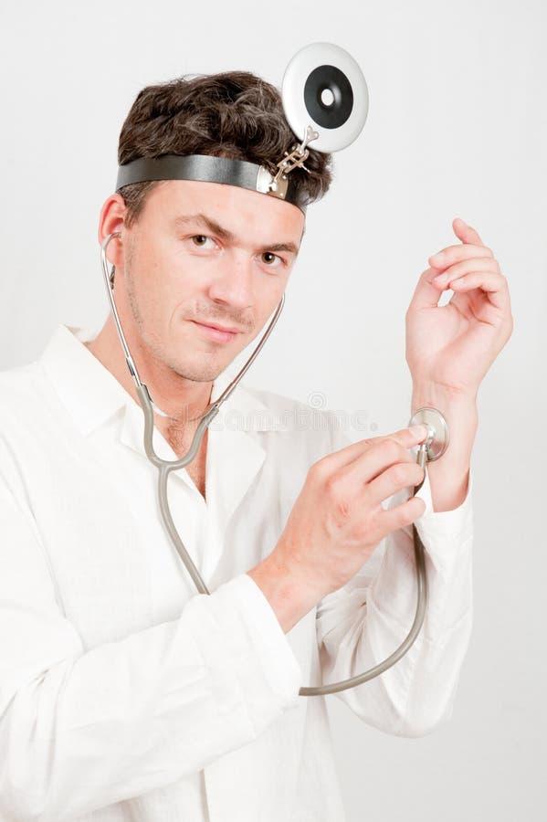 医生男性专业听诊器年轻人 免版税库存照片