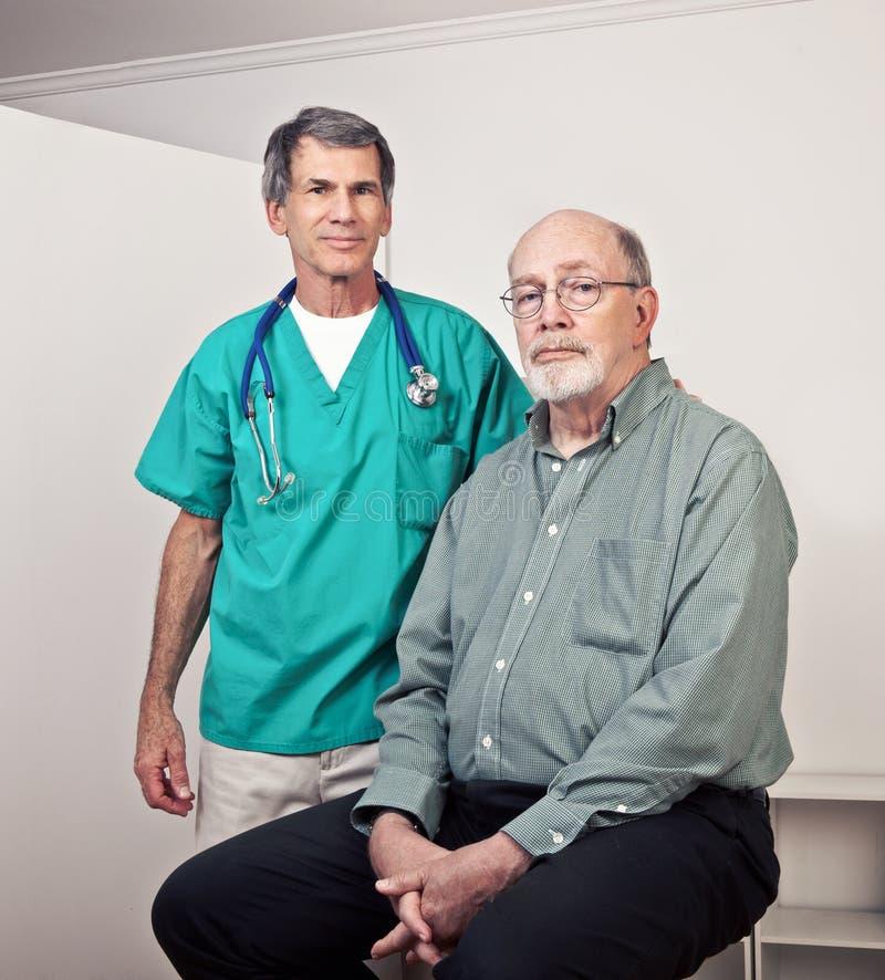 医生男性耐心的前辈 免版税库存照片