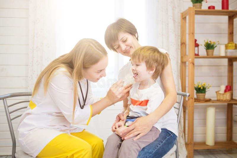 医生看小男孩的喉头 免版税库存图片