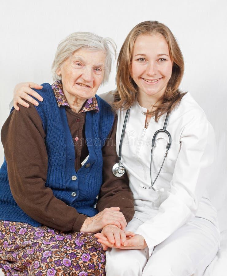 医生老妇人年轻人 免版税库存照片