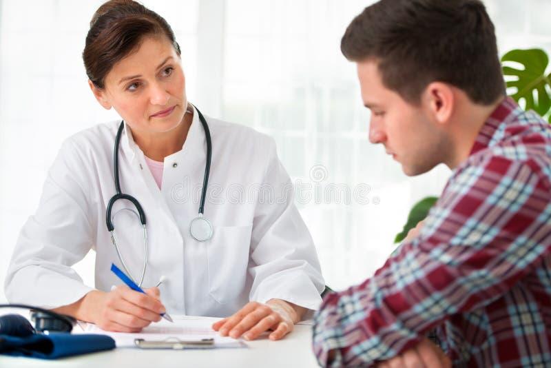 医生联系与患者 免版税库存照片