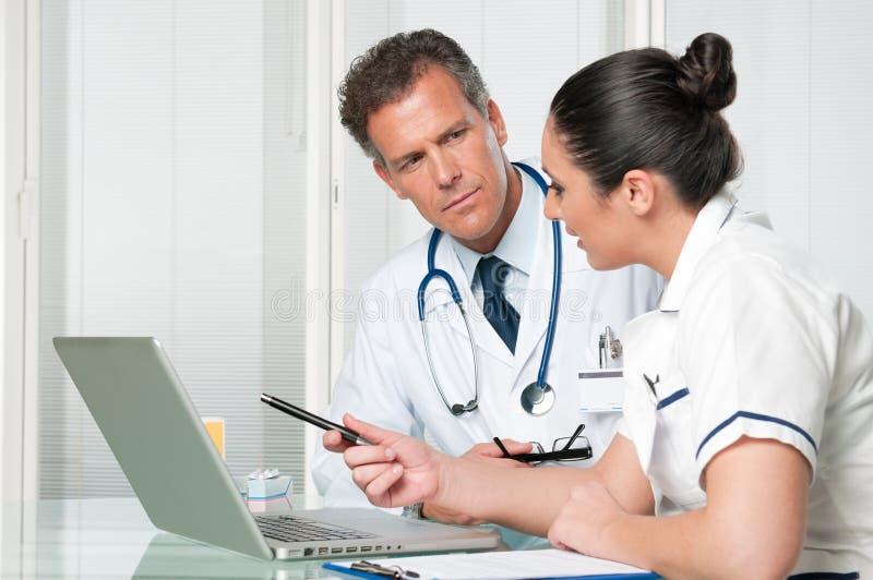 医生膝上型计算机护士工作 免版税库存照片