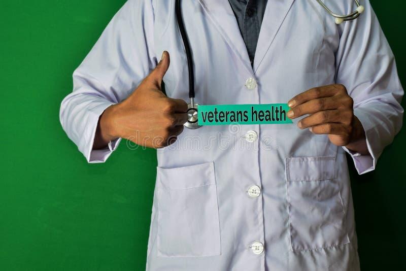 医生身分,拿着在绿色背景的健康生活纸文本 医疗和医疗保健概念 免版税库存图片