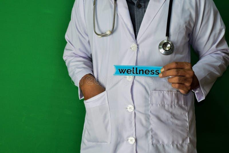 医生身分,拿着在绿色背景的健康纸文本 医疗和医疗保健概念 免版税图库摄影