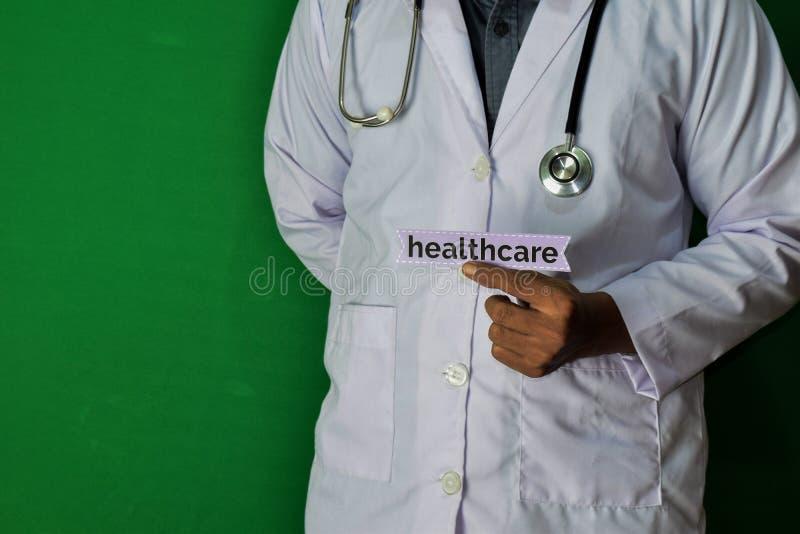 医生身分,拿着在绿色背景的医疗保健纸文本 医疗和医疗保健概念 图库摄影