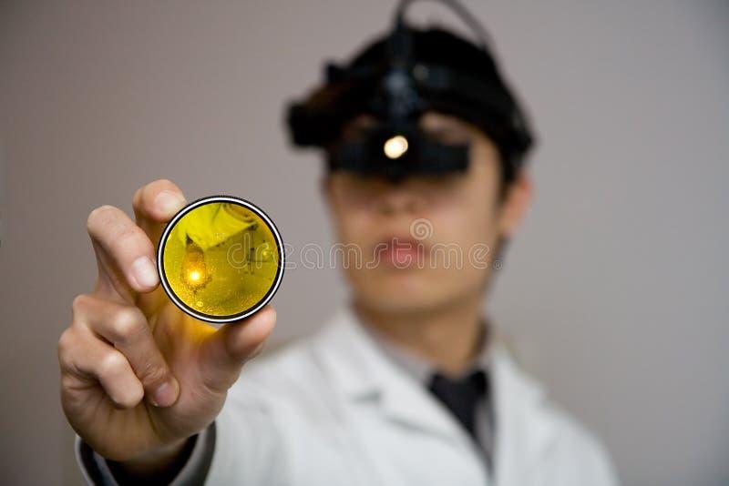 医生examing的眼睛注视您 免版税库存照片