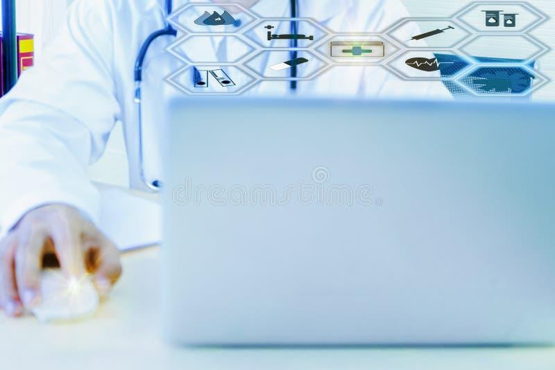 医疗专家使用计算机研究和分析和记录耐心信息,听诊器 图库摄影