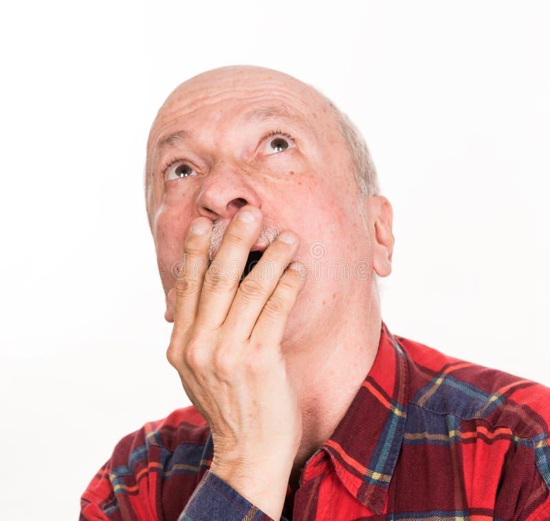 医疗保健、痛苦、重音和年龄概念 病的老人 从headach的老人痛苦在白色背景 免版税库存照片