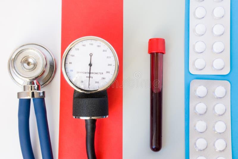 医疗保健、诊断和设计观念照片的药物学治疗 听诊器,血压计,实验室血样和 库存图片