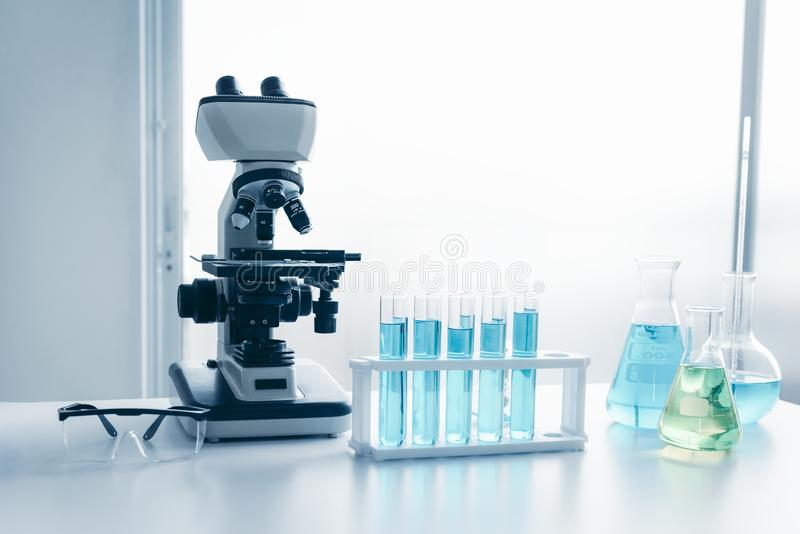 医疗保健和医学有实验室设备工具的研究员科学家实验室显微镜在桌上 科学技术 库存图片