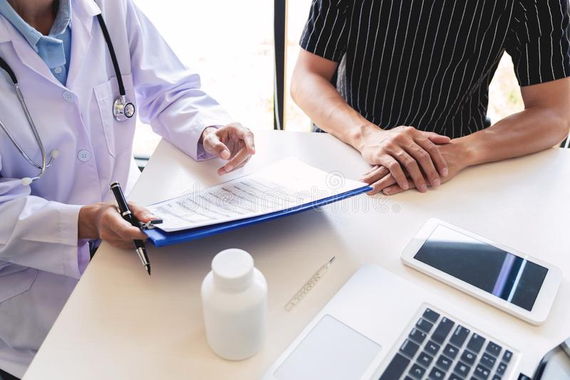 医疗保健和医德概念,医生解释处方对给咨询和患者的受害者诊断 免版税图库摄影