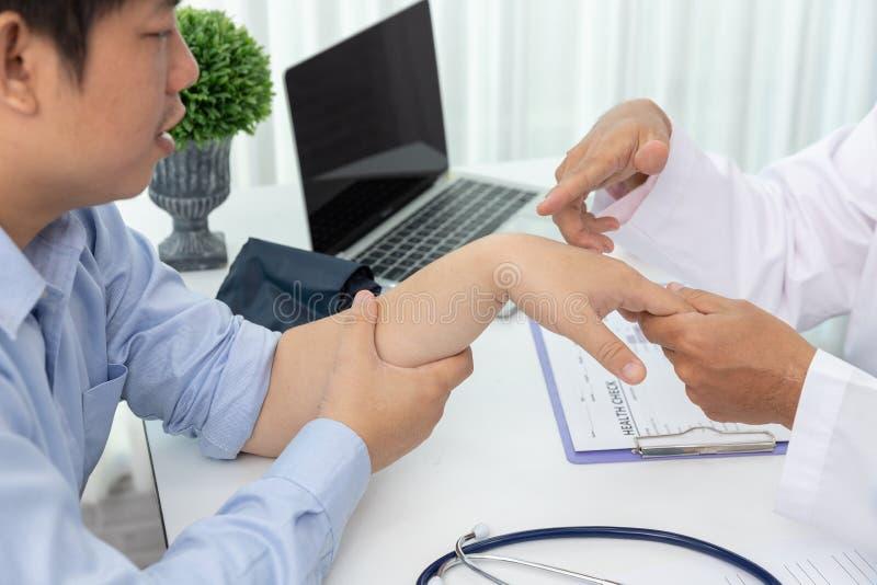 医疗保健和医疗概念,在医院医治解释腕子痛苦症状和医院治疗对患者 库存图片