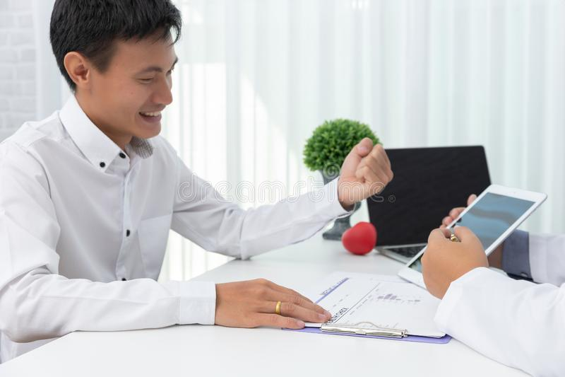 医疗保健和医疗概念,拿着心脏球的医生和解释心脏疾患症状和医院治疗对患者  免版税库存图片