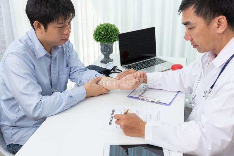 医疗保健和医疗概念,检查耐心的脉冲的医生 库存图片