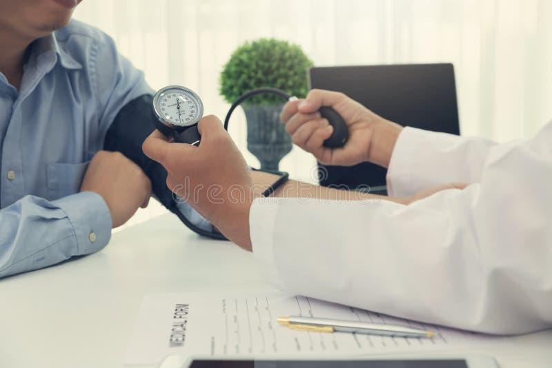 医疗保健和医疗概念,检查耐心的脉冲的医生 免版税图库摄影