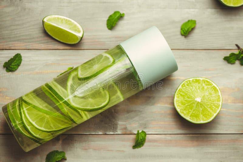 医疗保健,健身,健康营养饮食概念 新鲜的凉快的柠檬薄荷灌输了水,鸡尾酒,戒毒所饮料,在a的柠檬水 免版税库存图片