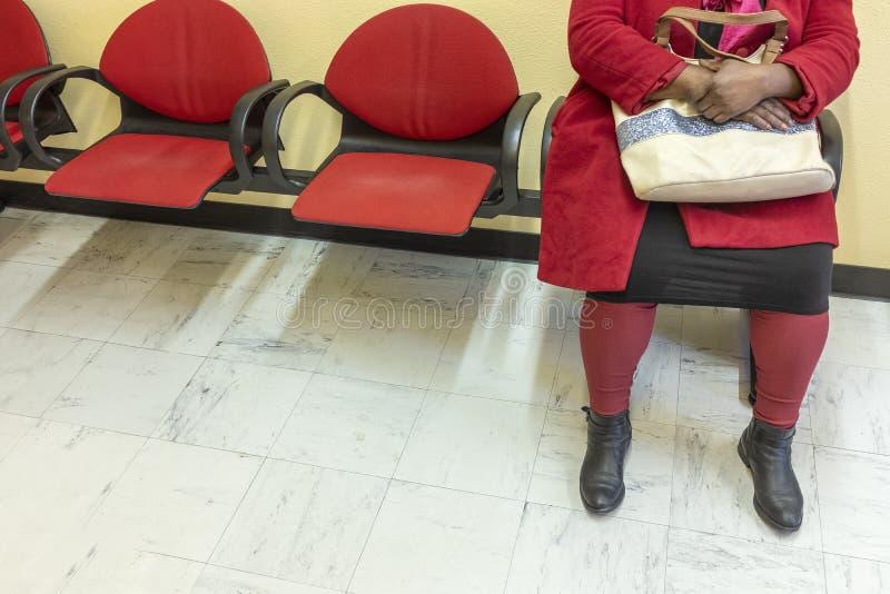 医疗保健:观点的一名妇女的脚红色的在医生的休息室 库存图片