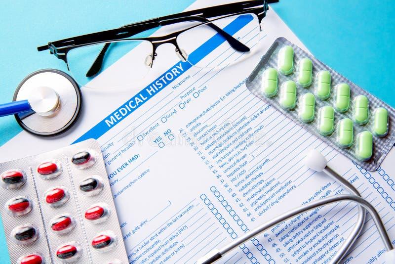医疗和医疗保健概念 一个病史形式的接近的图象、药片或者药片和一个医生听诊器与 免版税库存照片