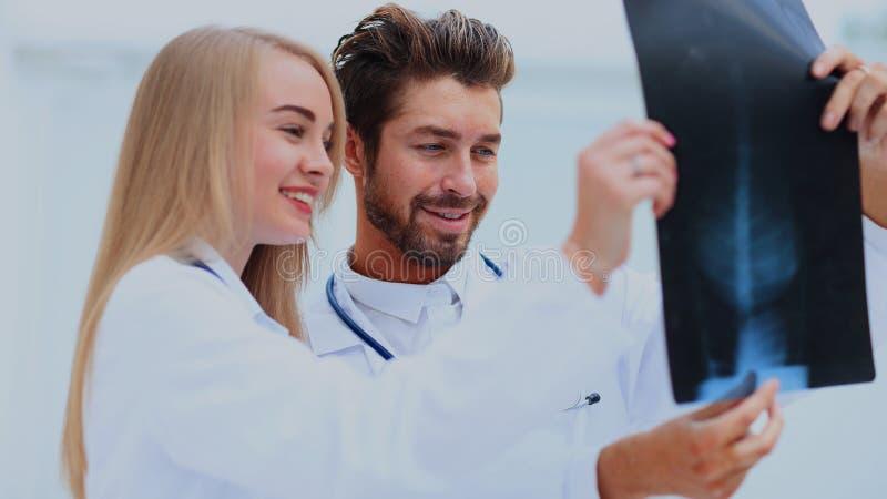 医疗和放射学概念-看X-射线的两位医生 免版税库存图片
