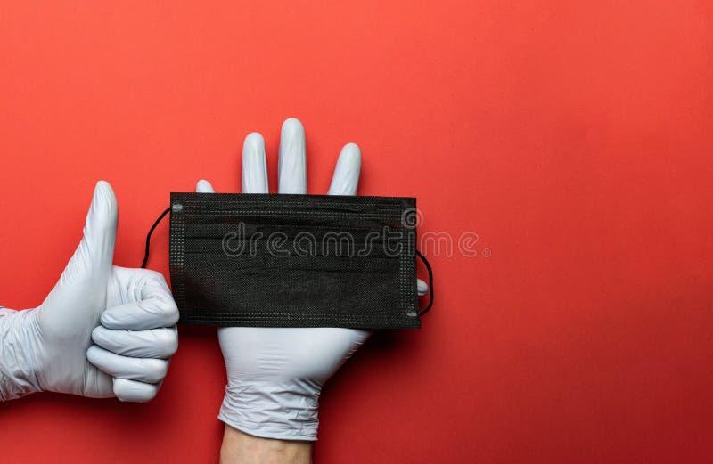 医疗处理、实验室手套 — 红色背景中的病毒防护设备 防止感染的CoronaVirus流行病防护 免版税库存照片