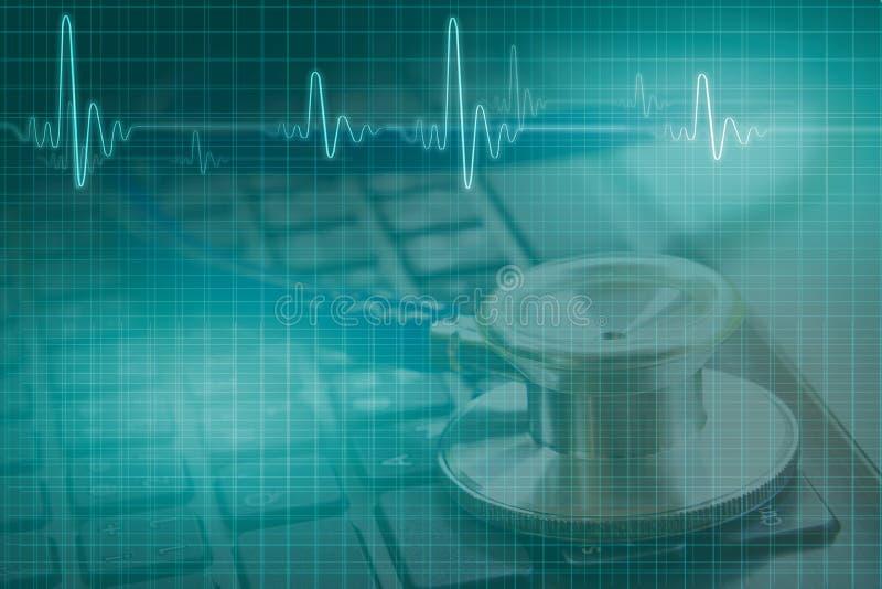 医疗概念,听诊器两次曝光在黑keyboar的 免版税图库摄影