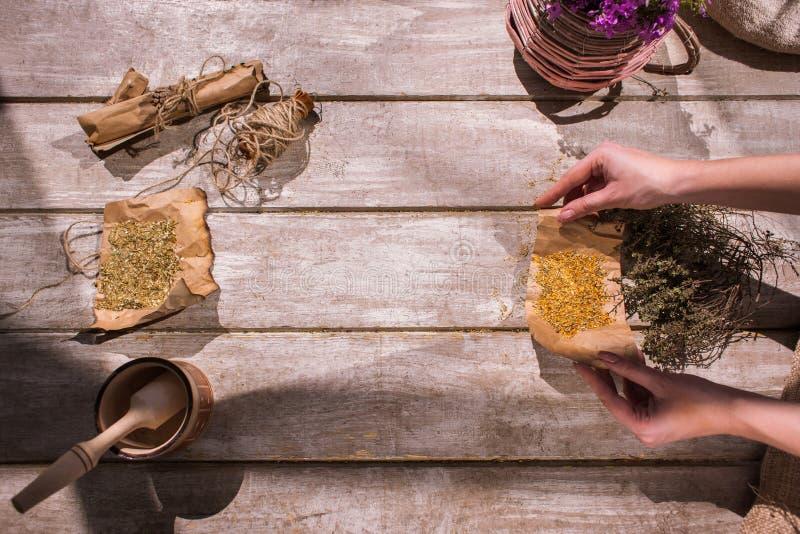 医疗茶注入准备过程 免版税图库摄影