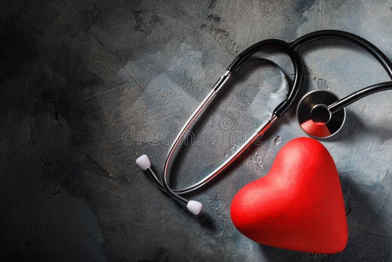医疗设备和心形的对象在桌上与拷贝空间 免版税库存图片
