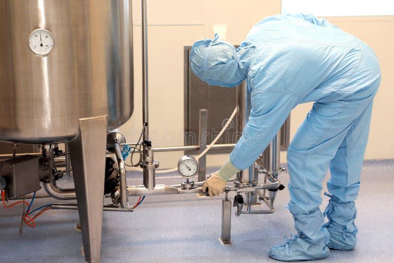医疗设备的修理和调整 ma的检验 免版税库存图片