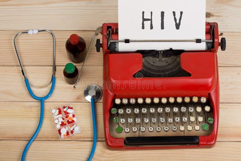 医疗诊断-有蓝色听诊器的,药片,有文本HIV的红色打字机医生工作场所 免版税库存图片