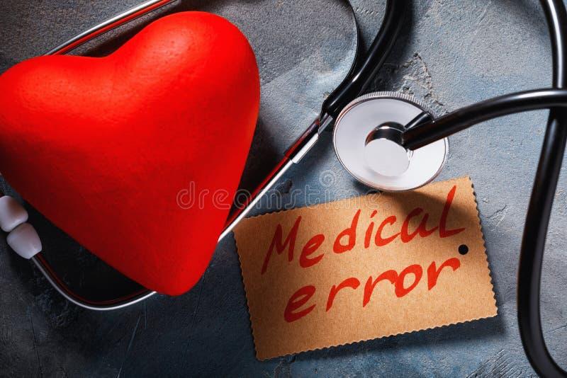 医疗错误概念:听诊器和心形的对象 免版税图库摄影