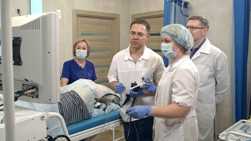 医疗队为内窥镜的手术做准备 库存图片
