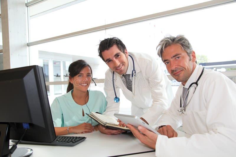 医疗队在医院办公室 库存图片