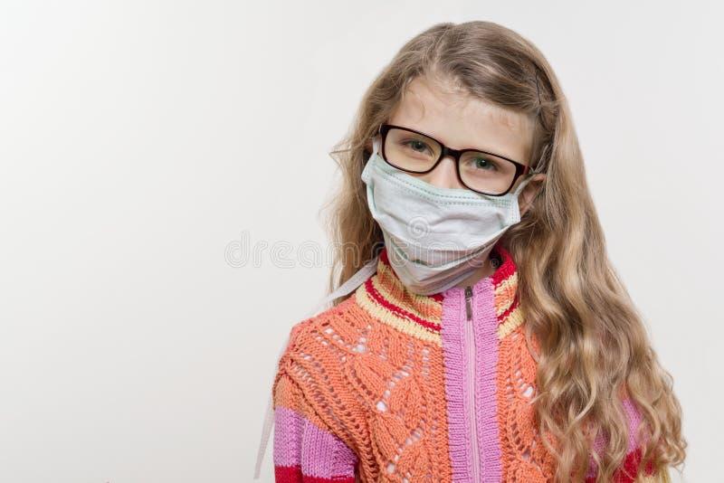 医疗面具的女孩孩子 在白色背景,复制空间 免版税库存图片