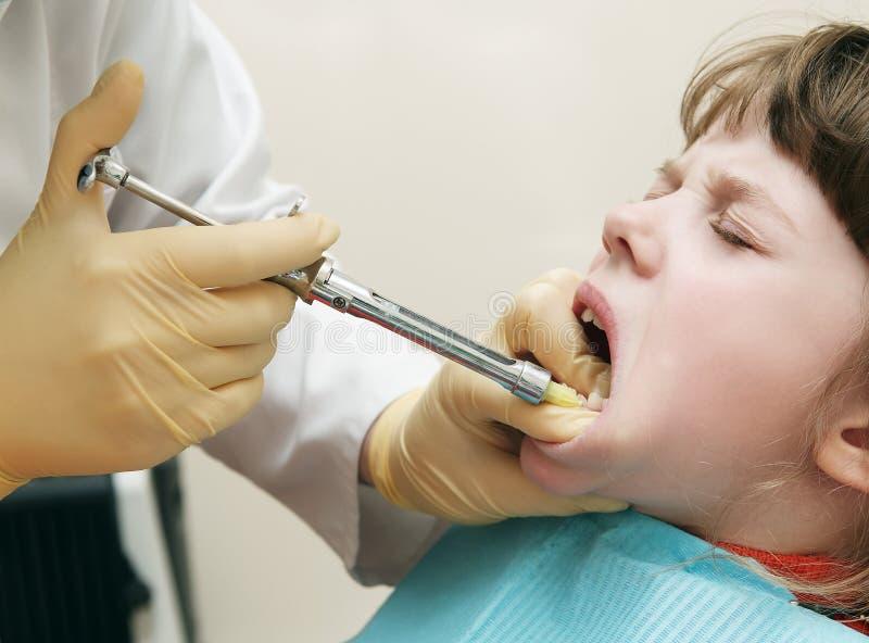 医疗麻醉的牙科医生 库存图片