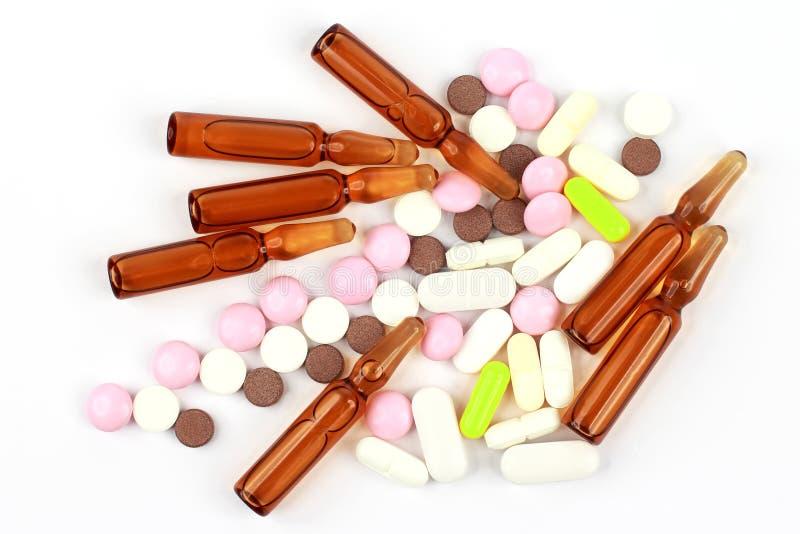 医药片剂,射入的一次用量的针剂在白色背景 库存图片