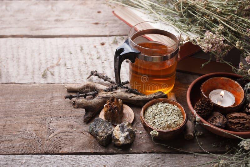 医药草本、同种疗法、干花、石头和玻璃茶壶-替代医学,放松概念,木背景,拷贝 免版税图库摄影