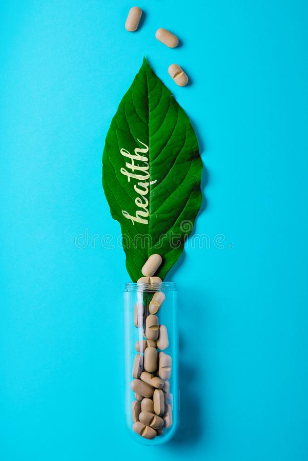 医药草本和自然片剂,医疗瓶 自然和食物补充的生产的概念 免版税库存照片