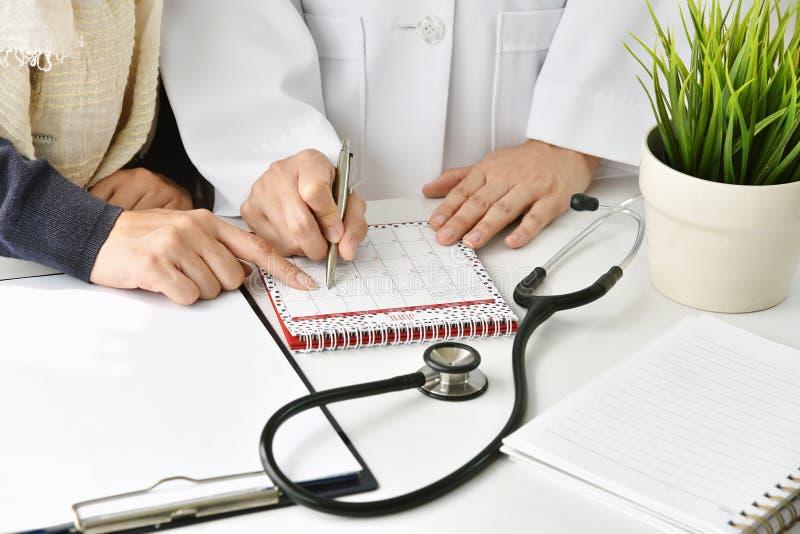医院和医疗保健概念、医生和患者定继续采取的行动计划的一次约会 免版税库存照片