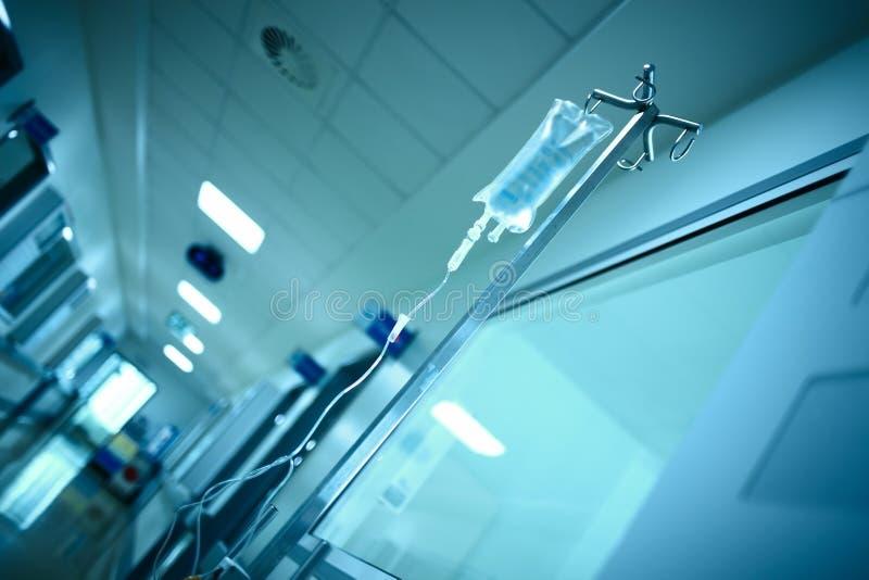 医院有静脉内滴水袋子的大厦走廊在stee 免版税库存图片