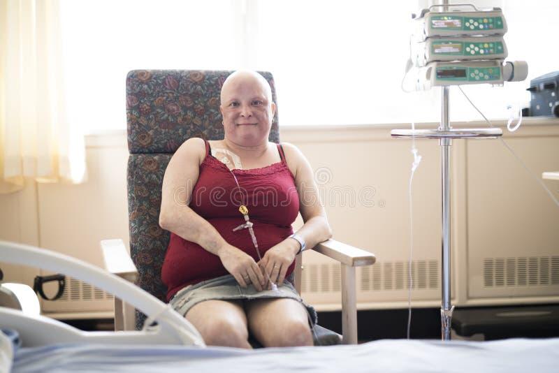医院椅子痛苦的妇女从癌症 免版税库存照片
