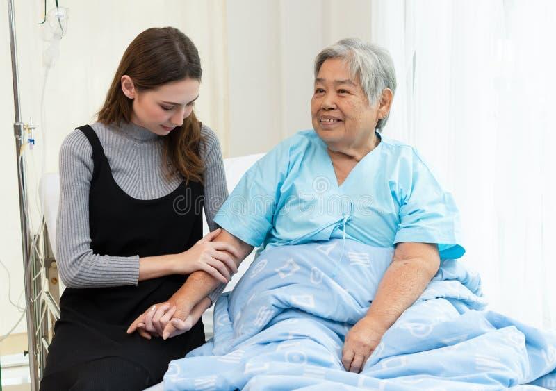 医院的女儿参观的祖母 有医疗概念的人们 免版税库存图片
