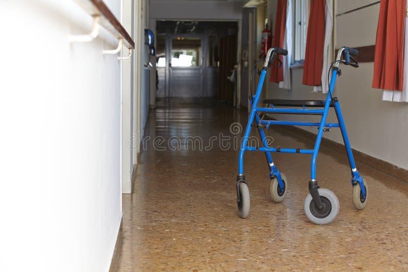 医院的楼层的步行者 免版税库存图片